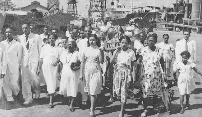 Procissão realizada no Cais do Carvão com destino à Igreja do Pilar, em 1945 - Foto: Arquivo A Tarde
