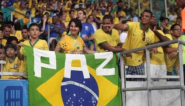 Pedido de paz, vetado pela Fifa no campo, apareceu na plateia - Foto: Lúcio Távora   Ag. A TARDE