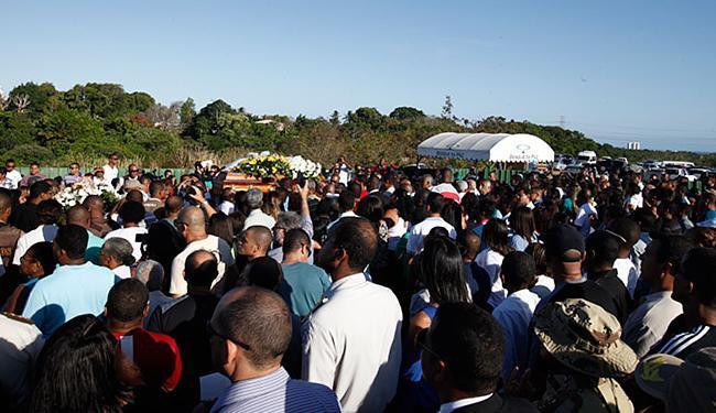 Centenas de pessoas se reuniram no Bosque da Paz para se despedir da policial - Foto: Adilton Venegeroles | Ag. A TARDE