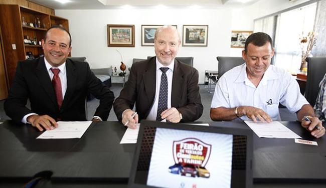 Soares, Blumberg e Mascarenhas assinam o contrato para a realização do feirão - Foto: Edilson Lima l Ag. A TARDE