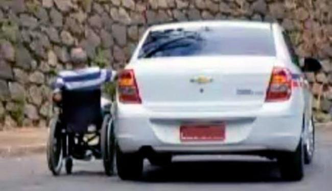 Motorista que trafegava logo atrás flagrou a ação da dupla - Foto: Reprodução | Youtube