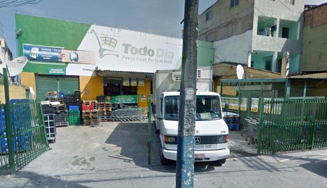 Os bandidos invadiram o supermercado na madrugada desta segunda - Foto: Reprodução | Google Street View