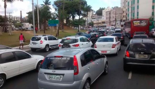 Condutores encontram retenção no Rio Vermelho - Foto: Trânsito Salvador | Via Whatsapp