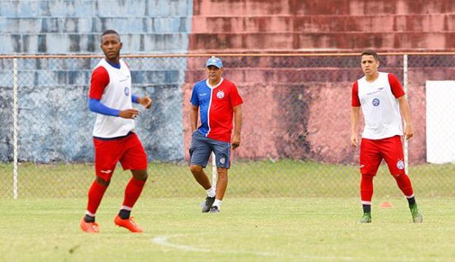 Charles orienta o meia-atacante João Paulo Penha (E) e o armador Rômulo em treinamento - Foto: Edilson Lima l Ag. A TARDE