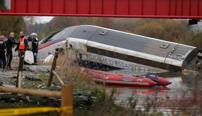 Após descarrilar, trem caiu em canal - Foto: Agência Reuters