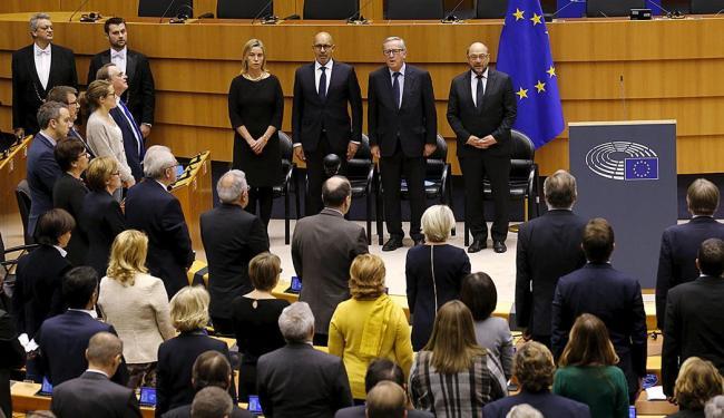 Membros do Parlamento europeu cantam o hino da França em homenagem às vítimas dos ataques - Foto: Agências Reuters