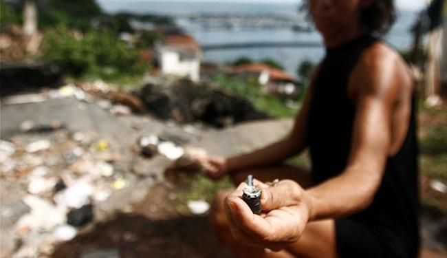 Usuária de crack, que frequenta as imediações da ladeira da Montanha, mostra cachimbo com pedras - Foto: Raul Spinassé l Ag. A TARDE l 07.06.2013