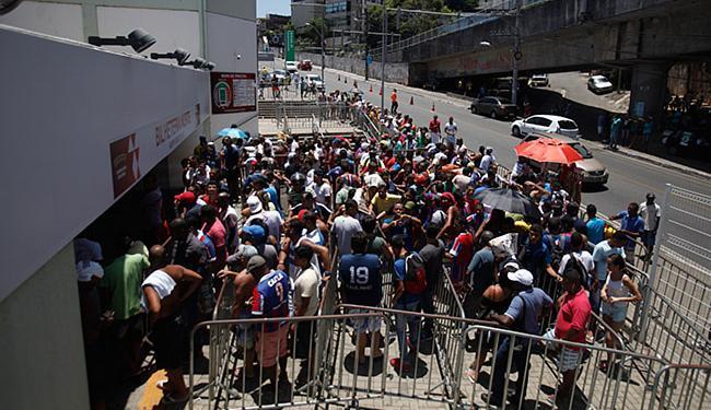 Torcedores fizeram fila nos guichês da Fonte Nova para garantir sua entrada - Foto: Raul Spinassé l Ag. A TARDE