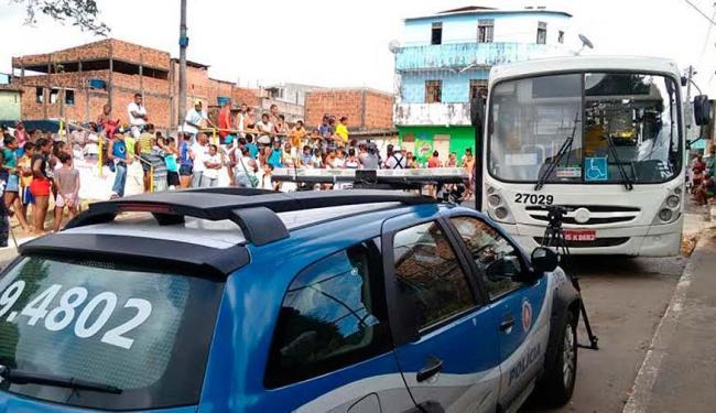 Vítima foi atingida por ônibus na praça da Esperança, no Calabetão - Foto: Edilson Lima   Ag. A TARDE