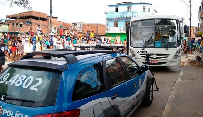 Passageiros dizem que, devido à superlotação, condutores não param no ponto - Foto: Edilson Lima | Ag. A TARDE