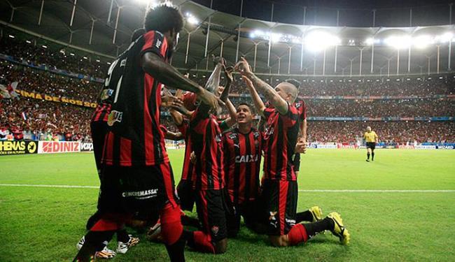 Ajoelhados, jogadores celebram o gol de Kanu, o 2º do Vitória - Foto: Raul Spinassé l Ag. A TARDE
