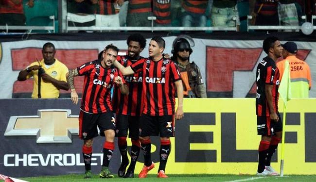 Jogadores comemoram com Escudero, autor do primeiro gol - Foto: Raul Spinassé | Ag. A TARDE