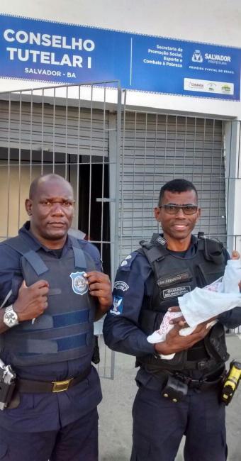 Agentes encontraram o bebê nos braços de uma mulher, que alegou que a mãe a abandonou - Foto: Divulgação | Secom
