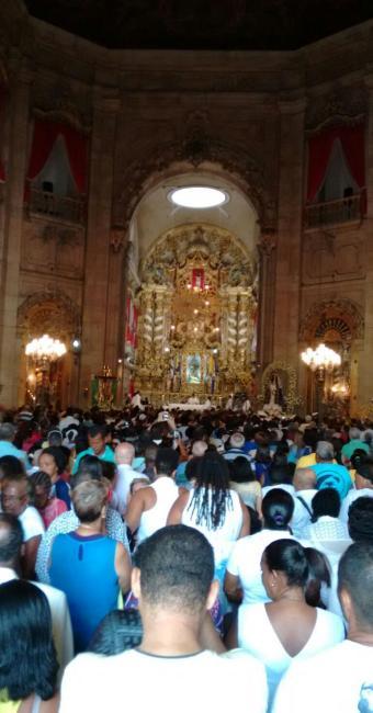 Em homenagem à Conceição, fiéis rezam na Basílica dedicada à santa no Comércio - Foto: Adilton Venegeroles | Ag. A TARDE
