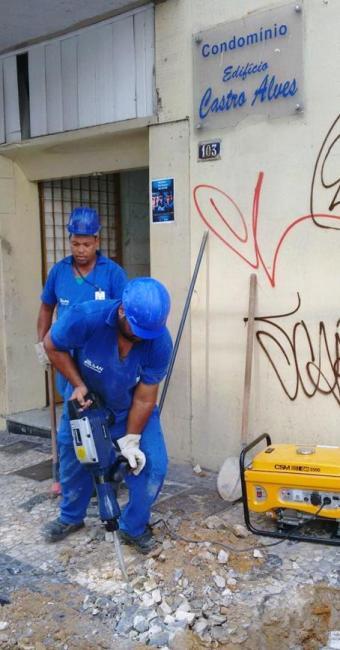 Agentes da Embasa cortam ligação irregular de prédio na rua Carlos Gomes - Foto: Edílson Lima | Ag. A TARDE