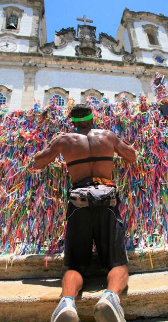 Fiel-atleta prostra-se de joelhos diante do templo em uma demonstração de fé - Foto: Fernando Amorim | Ag. A TARDE