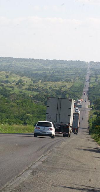 A via foi totalmente liberada por volta das 10h e o tráfego começou a fluir com lentidão de 1,9 km - Foto: Lúcio Távora   Ag. A TARDE   21/07/2009