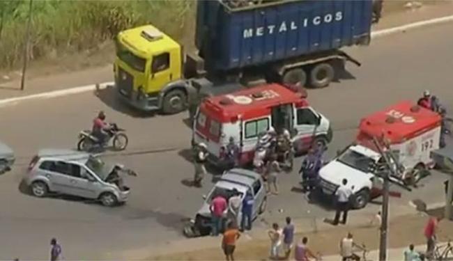 Dois veículos colidiram na altura da Estrada do Derba, por volta das 12h30 - Foto: Divulgação Rede Bahia