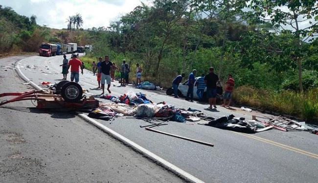 Pertences das vítimas estão espalhadas na pista - Foto: Cely Cavalcante | Via Whatsapp