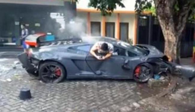 Jovem digita no celular após provocar acidente com Lamborghini - Foto: Reprodução | Youtube
