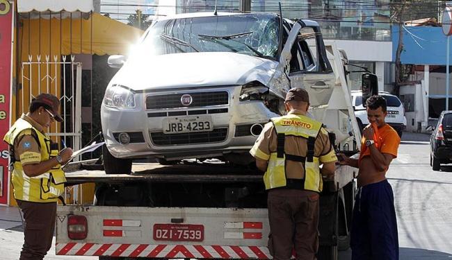 Equipe da Transalvador já desbloqueou a via - Foto: Lúcio Távora   Ag. A TARDE  