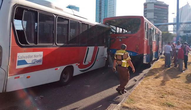 A frente do micro-ônibus ficou completamente destruída, mas o motorista saiu ileso - Foto: Edilsom Lima | Ag. A TARDE