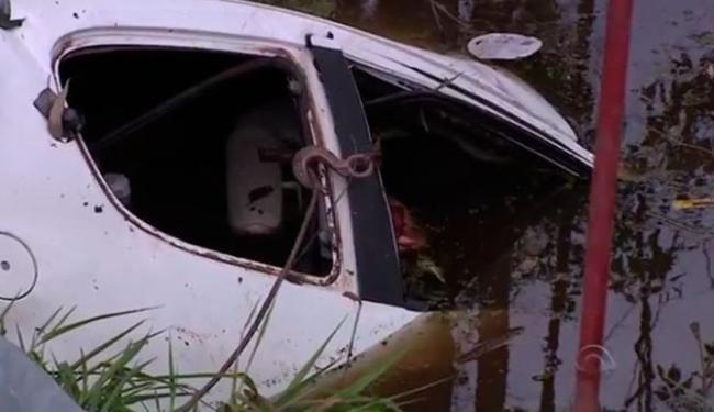 O acidente aconteceu após um carro ter fechado o Peugeot, fazendo o veículo capotar diversas vezes - Foto: Reprodução | RBS TV