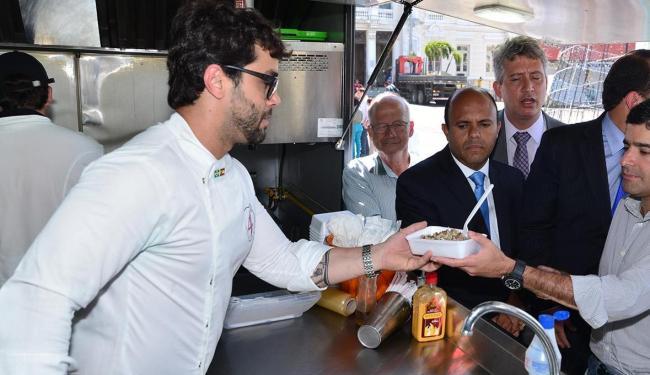 ACM Neto foi um dos primeiros clientes de um dos food truck colocados na Praça Municipal - Foto: Max Haack   Agecom   Prefeitura de Salvador