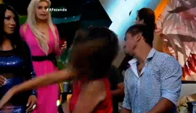 Mara agrediu com três tapas no rosto o finalista Douglas Nascimento - Foto: Reprodução | TV Record
