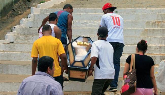 Corpo de Alex foi sepultado na manhã desta quinta-feira, no cemitério de Periperi - Foto: Edílson Lima | Ag. A TARDE