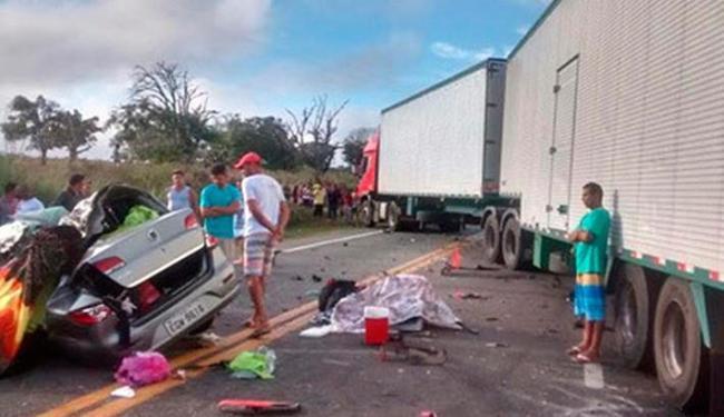 Um veículo de passeio foi atingido por uma carreta no início deste domingo - Foto: Reprodução   Whatsapp   Blog do Anderson
