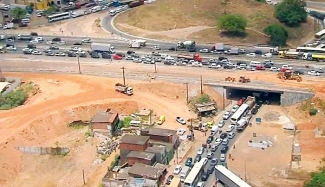 O congestionamento é provocado por uma manifestação em Pirajá, próximo à estação de ônibus - Foto: Reprodução/TV Bahia