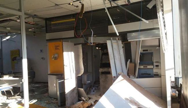 A agência ficou destruída e uma equipe de perícia é esperada para avaliar os caixas eletrônicos - Foto: Cidadão repórter / Via whatsapp