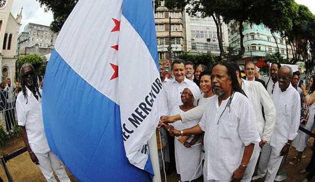 Vovô, Rui Costa, Makota Valdina e João Jorge hastearam a bandeira na Praça da Piedade - Foto: Manu Dias | GOVBA