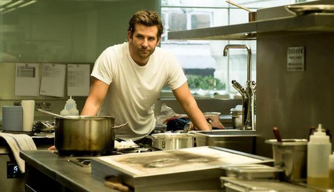 Bradley Cooper vive o chef Adam Jones, que busca a terceira estrela Michelin - Foto: Divulgação
