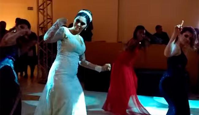 A noiva reuniu cinco amigas e reproduziu a coreografia da música de Anitta - Foto: Reprodução | Youtube