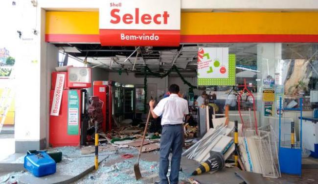 Posto ficou parcialmente destruído após a explosão - Foto: Edílson Lima   Ag. A TARDE