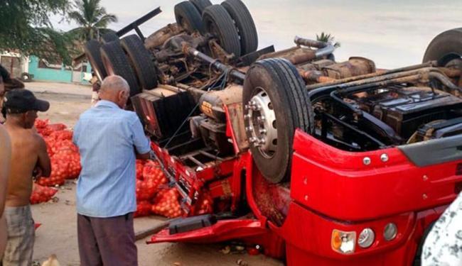 O caminhão estava carregado com sacos de cebola - Foto: Reprodução | Jacobina Notícia