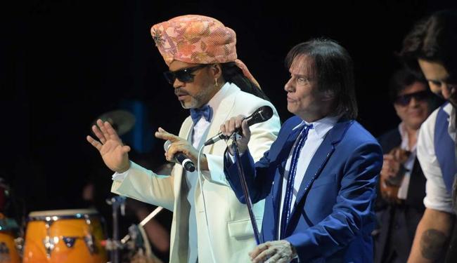 Carlinhos Brown divide o palco com o cantor Roberto Carlos - Foto: Divulgação | TV Globo