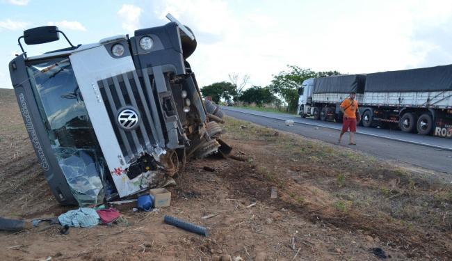 Uma carreta se chocou com um carro que trafegava no sentido contrário - Foto: Reprodução   Sigi Vilares
