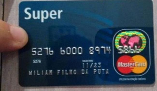 A empresa afirma que o cartão com o xingamento foi solicitado com a senha do cliente - Foto: Jornal extra