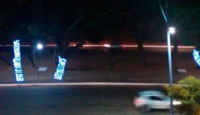 Parte da iluminação de Natal, do lado oposto da avenida, ficou sem luz - Foto: Reprodução | Cidadão Repórter