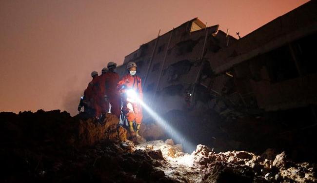 Equipes de resgate trabalham em busca de sobreviventes nos edifícios soterrados - Foto: Tyrone Siu | Ag Reuters