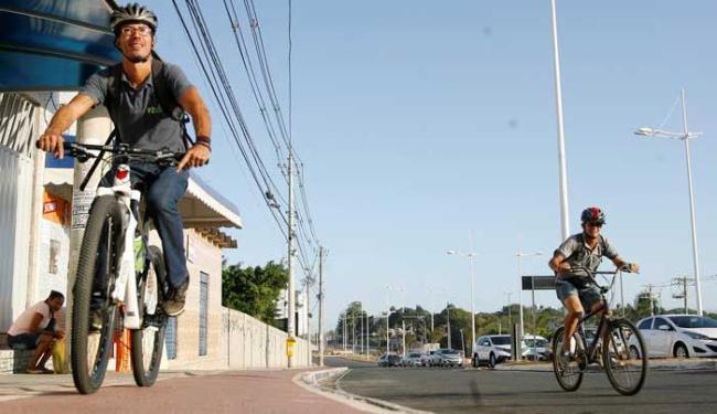 O mecânico Neto Câmara pedala de casa, em Periperi, até o trabalho, em Pituaçu - Foto: Mila Cordeiro   Ag. A TARDE