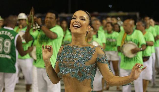 Claudia Leitte estreou como rainha de bateria da Mocidade em 2015 - Foto: Márcio Alves | Agência O Globo