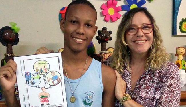 Carlos exibe o desenho que lhe deu a vitória no concurso - Foto: Divulgação Apae