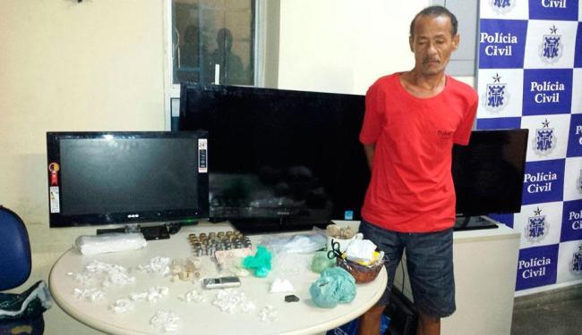 Com o suspeito, a polícia apreendeu drogas e televisores - Foto: Divulgação | Polícia Civil