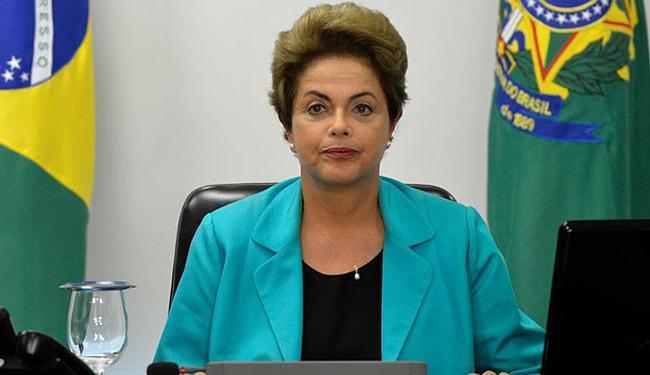 Pela manhã, Dilma despachou com o assessor especial Giles Azevedo no Palácio da Alvorada - Foto: Wilson Dias l Agência Brasil