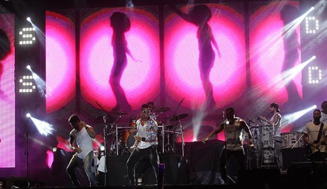 Grupo Duas Medidas abriu a noite de shows, com sucessos populares que agradaram à multidão - Foto: Lúcio Távora | Ag. A TARDE