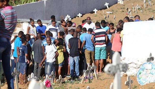 O corpo da doméstica foi sepultado na tarde desta sexta-feira, 25, no Cemitério de Pirajá - Foto: Xando Pereira l Ag. A TARDE